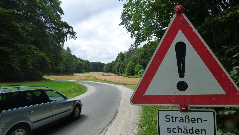 Ein Schild warnt die Verkehrsteilnehmer an der Einfahrt zum