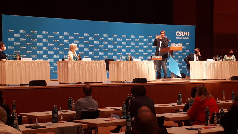 Stimmt die Delegierten des CSU-Bezirks auf den Wahlkampf ein: Parteichef Markus Söder bei seiner Rede in der Meistersingerhalle.