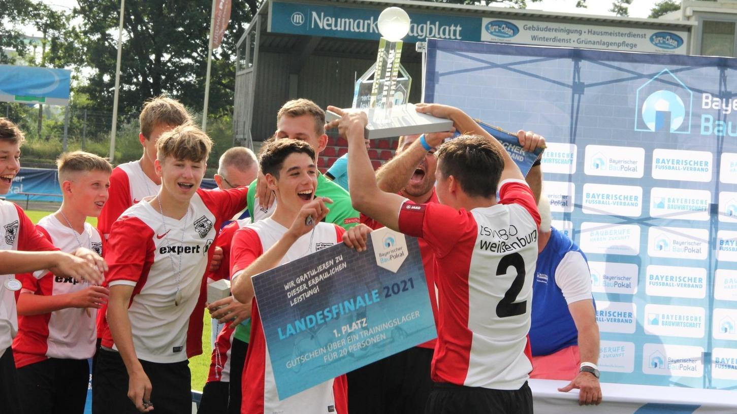 Riesenerfolg, Riesenjubel: Die Weißenburger Jungs freuten sich über ihren Coup beim BauPokal-Landesfinale. Kapitän Benjamin Schlicker (Nummer 2) nahm die Siegestrophäe entgegen.