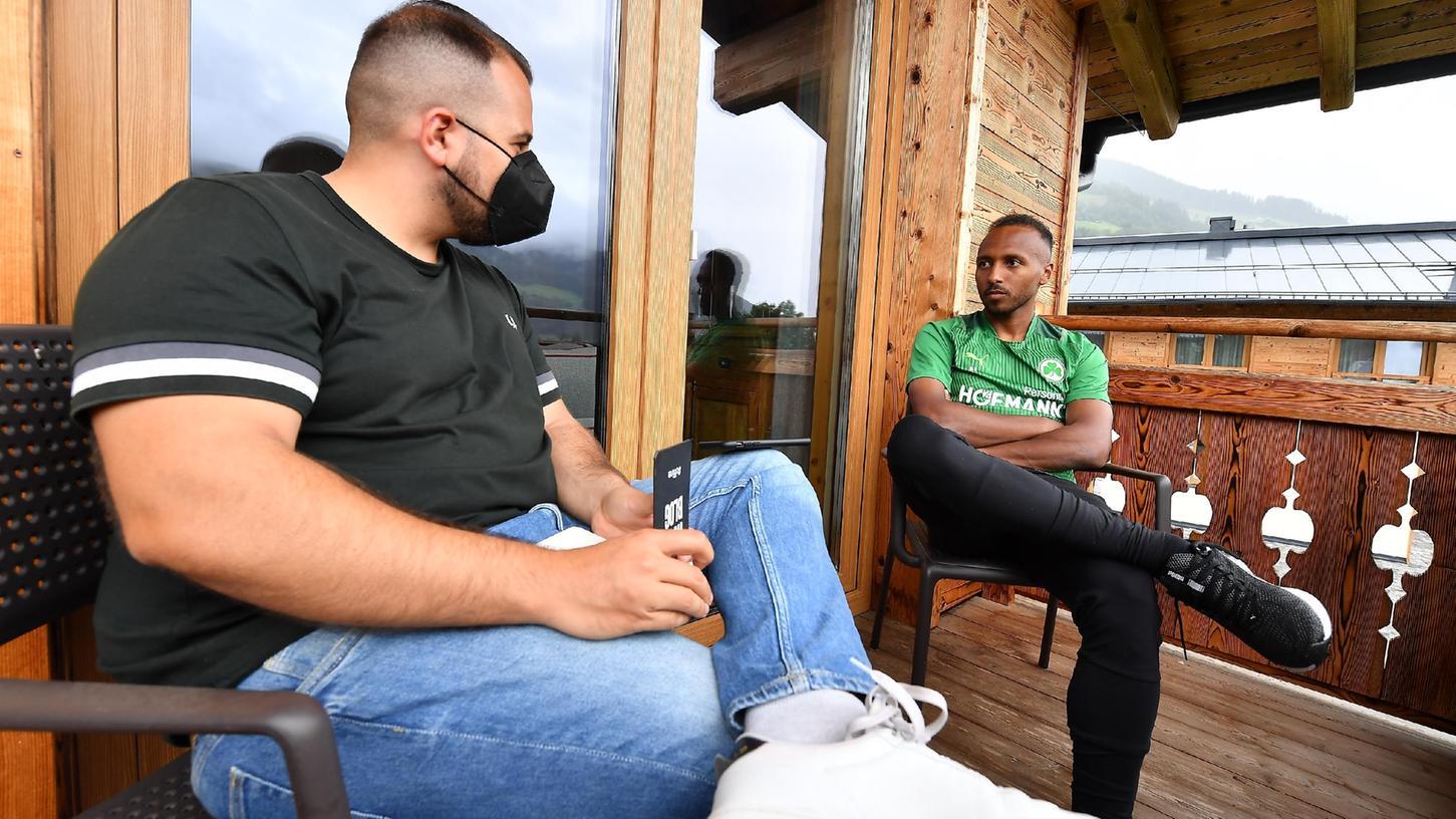 Interview mit Maske: Sportredakteur Michael Fischer im Gespräch mit Julian Green während des Trainingslagers in Österreich.