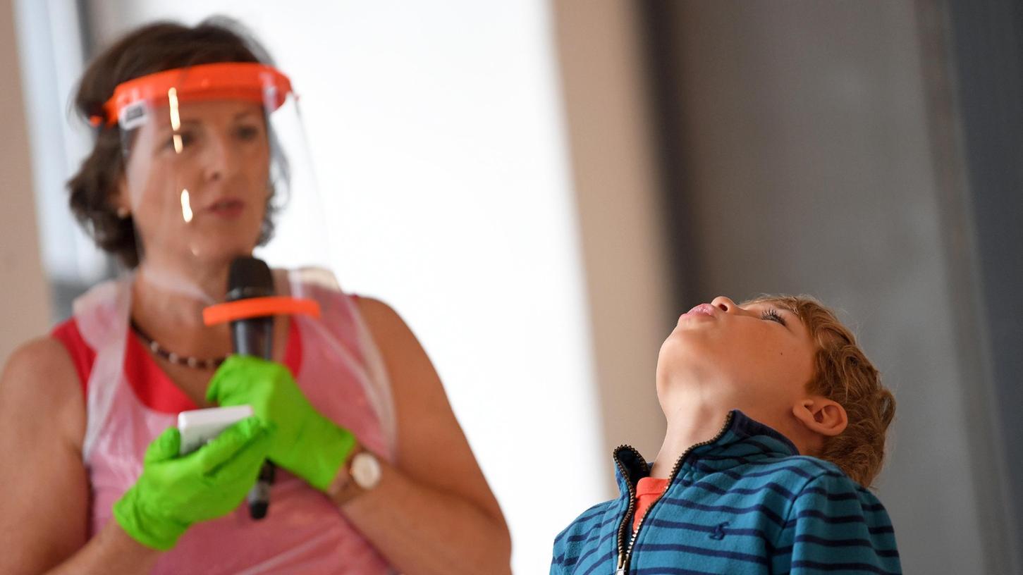 Statt einWattestäbchen in die Nase zu stecken werden ab Herbst alle Grundschul-, Förderschul- und Kita-Kinder im Nürnberger Land zwei Mal die Woche gurgeln und eine mögliche Infektion mit dem Coronavirus mithilfe von PCR-Poolingtests ermittelt.