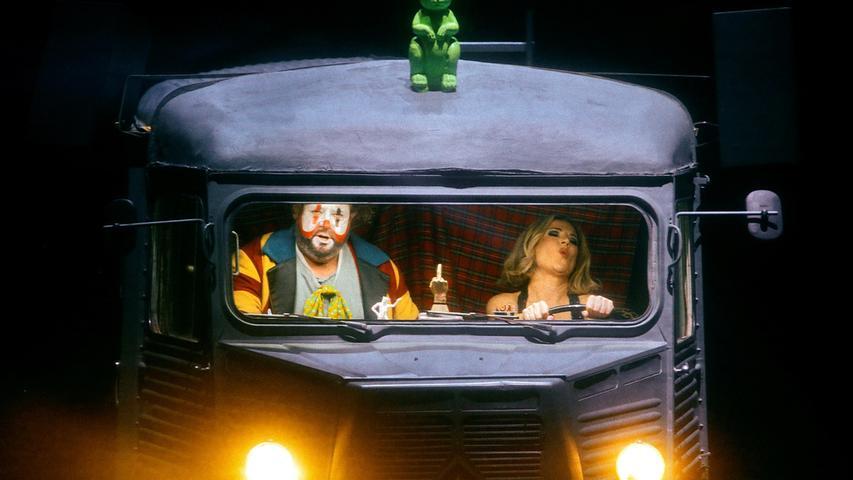 Tannhäuser (Stephen Gould) hat die Schnauze voll von Venus (Ekaterina Gubanova) und wird gleich aus dem Auto springen.