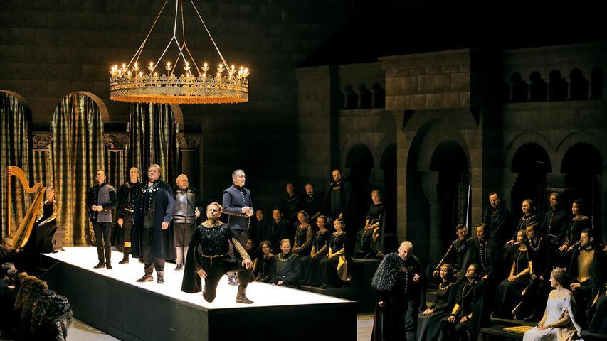 Hat was von einer Casting-Show:Die Minnesänger auf dem Laufsteg im Wartburgsaal im Bayreuther