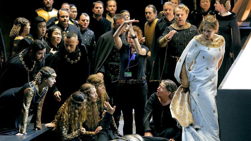 Auf der Bayreuther Bühne streiten dieMinnesänger mit ihren Liedern darum, wer die Liebe von Elisabeth (Lise Davidsen, in weiß) erringen darf.