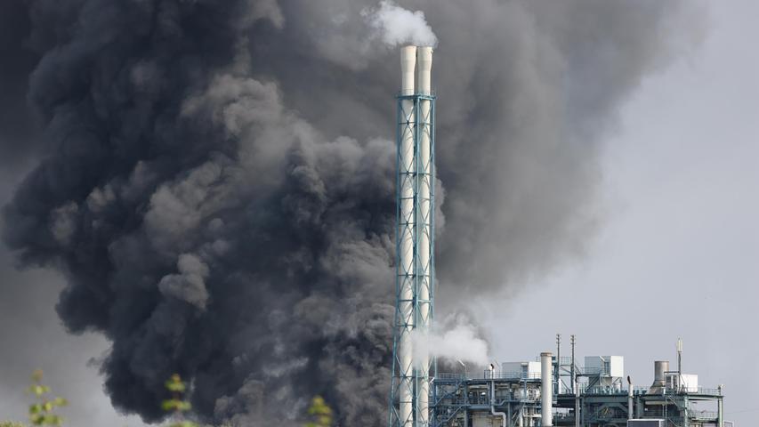 Die gewaltige Explosion, die laut Zeugenaussagen noch im Umkreis von gut zehn Kilometern zu hören war, ereignete sich nach Angaben des Betreibers gegen 9.30 Uhr im Tanklager des Entsorgungszentrums Bürrig.