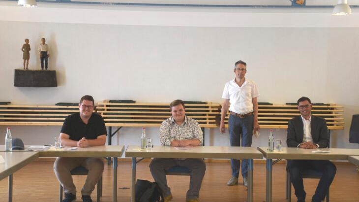 Felix Erbe von den Grünen, Jan Plobner von der SPD und Ralph Edelhäußer von der CSU (von links, sitzend) warben für die Ideen ihrer Parteien vor der Bundestagswahl im Herbst. Im Hintergrund Moderator Michael Groß von der Caritas.
