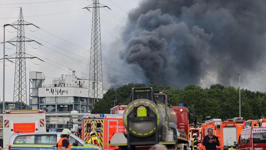 Rauchwolke über Chempark: Schwere Explosion erschüttert Leverkusen