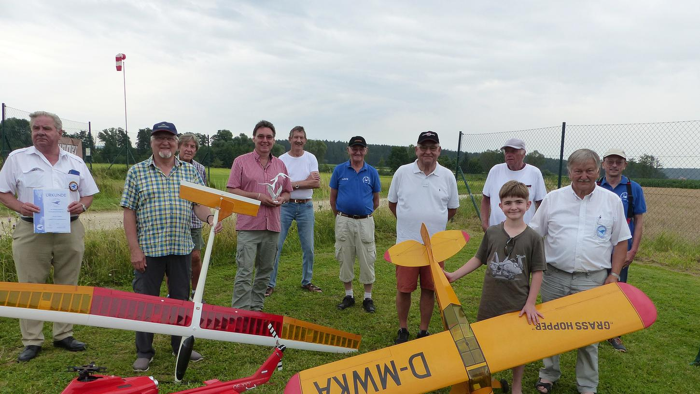 Der Vorsitzende des Modellsegelflugclubs Möninger Berg, Thomas Schmid, (4.v.li) ehrte die acht Gründungsmitglieder, die noch im Verein sind