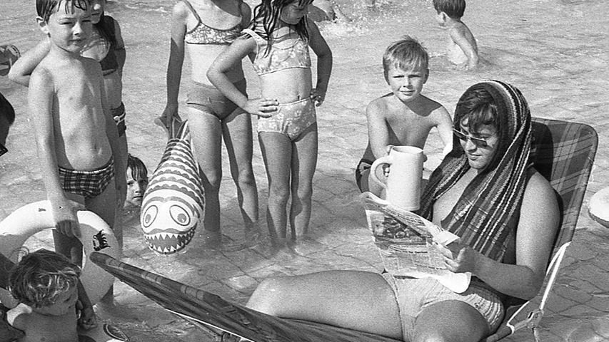 Nur, wer sich von innen und außen gleichzeitig abkühlt, kann solche Hitze ertragen, sagte sich dieser Nürnberger im Freibad. Seine Idee wurde gebührend bestaunt.Hier geht es zum Kalenderblatt vom28. Juli 1971: Letzter Regen fiel vor einem Monat