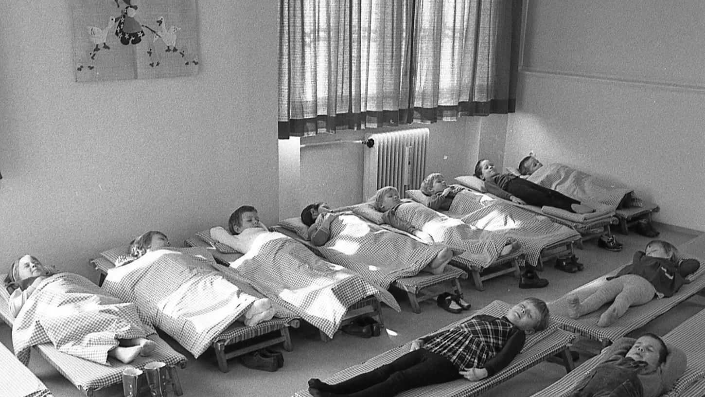 Obwohl die 70 Kinder der Tageskrippe der evangelischen Stadtmission in einer Art Massenbetrieb betreut werden (was unser Bild beweist), bleiben sie doch im Schutze der Familie. Sie wissen, daß sie die Mutti jeden Abend abholt.