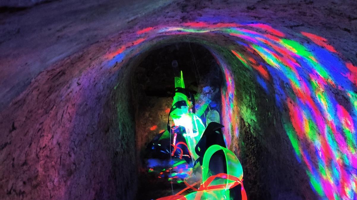 Für faszinierende Eindrücke sorgen ushi f und Walter Gramming derzeit mit fluoreszierender Kunst bei der Höhler Biennale in Gera.  Foto: nb