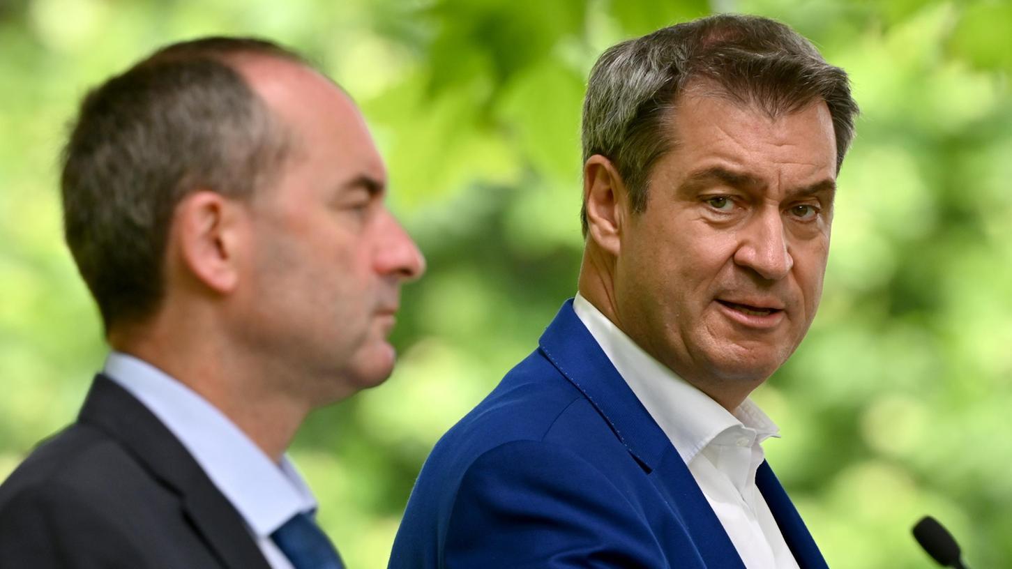 Hubert Aiwanger (l, Freie Wähler) und Markus Söder (r, CSU), Ministerpräsident von Bayern, nehmen nach der Kabinettssitzung, die im Hofgarten des Regierungssitz stattfand, an einer abschließenden Pressekonferenz teil. Im Mittelpunkt stand erneut die Corona-Krise.