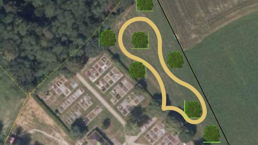 Hinter dem jetzigen Friedhof sollen Baumbestattungen möglich werden. Gelb eingezeichnet ein Weg zwischen den Bäumen.