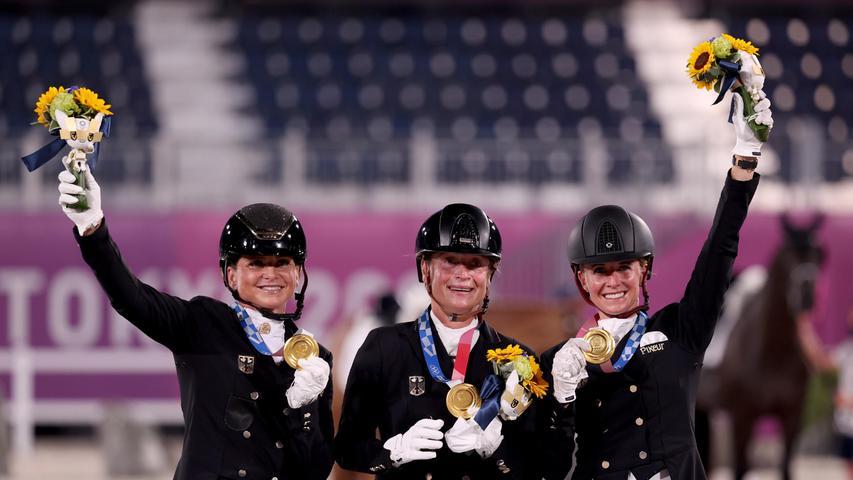 Sie wurden ihrer Favoritenstellung erneut gerecht:Dorothee Schneider, Isabell Werth und Jessica von Bredow-Werndl räumten im Mannschaftsdressur-Wettbewerb Gold ab.