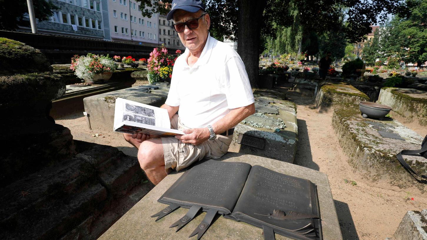 Richard Dietz streitet mit der Stadt Nürnberg über Grabgebühren: In erster Instanz gewann er vor Gericht.