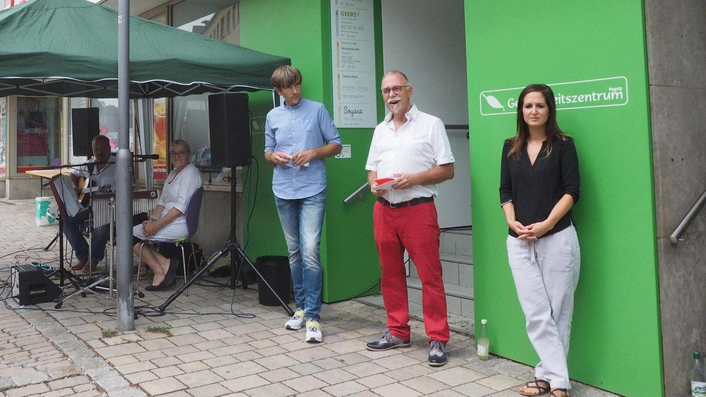 Bürgermeister Wolfgang Nierhoff (von links) und Martin Wiesend vom Team TreppenhausKunst eröffneten am Sonntag, 25. Juli, die Ausstellung der Künstlerin Denisa Ruzickova (rechts).