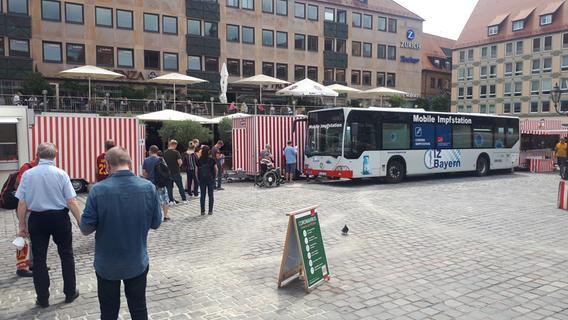 Mobiles Impfen in Nürnbergs Altstadt: Schlange quer über den Hauptmarkt
