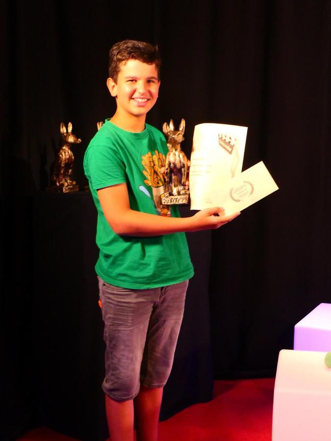 Joshua Villafana hat einen der begehrten Lobos, so heißen die Trophäen beim Jugendfilmfestival, gewonnen.