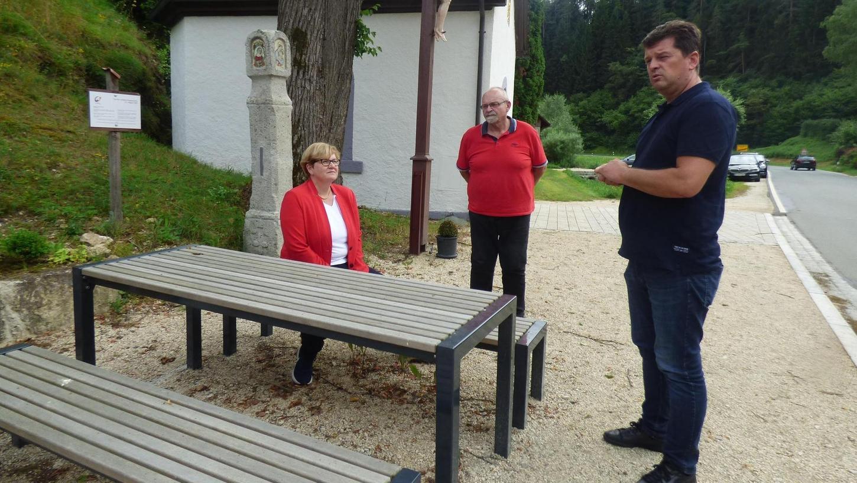 SPD-Bundestagsabgeordnete Anette Kramme (li.) macht sich ein Bild bei einem Ortstermin mit Bürgermeister Stefan Frühbeißer (CWU-UWV , re.) und dem Pottensteiner SPD-Chef Hans Gmelch (Mitte) am 2020 neu angelegten Kapellenplatz in Haselbrunn.