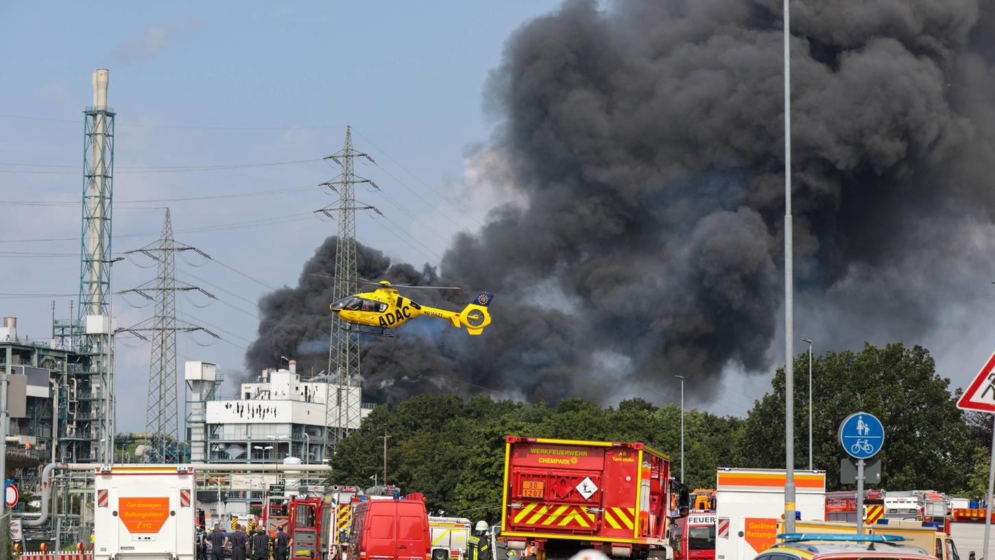 Bei den Rettungsarbeiten nach der Explosion im Leverkusener Chempark ist ein zweites Todesopfer gefunden worden. Das teilte der Betreiber Currenta am Dienstagabend mit.
