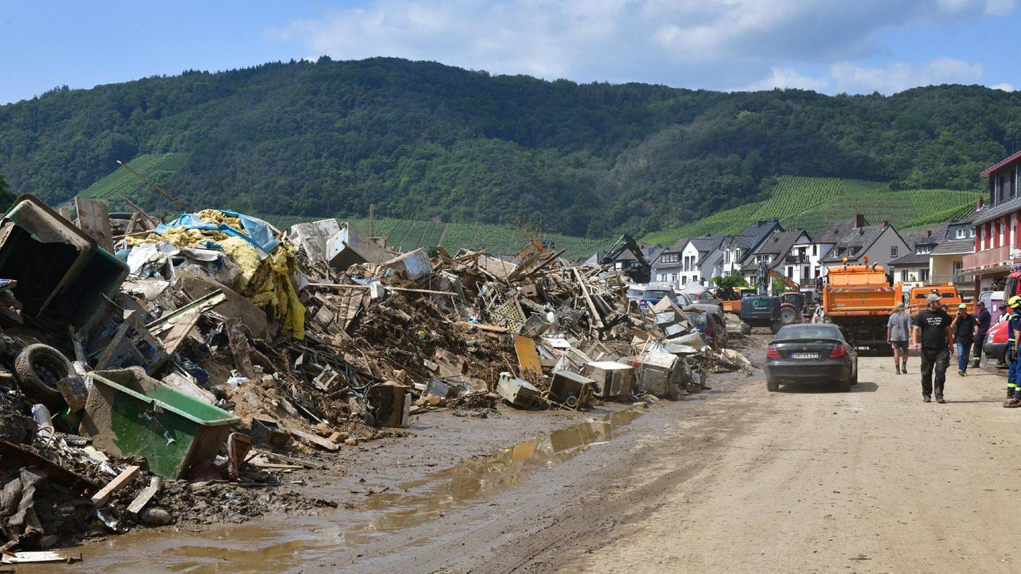 Die Schuttberge im Ahrtal sind nach dem Hochwasser gewaltig.