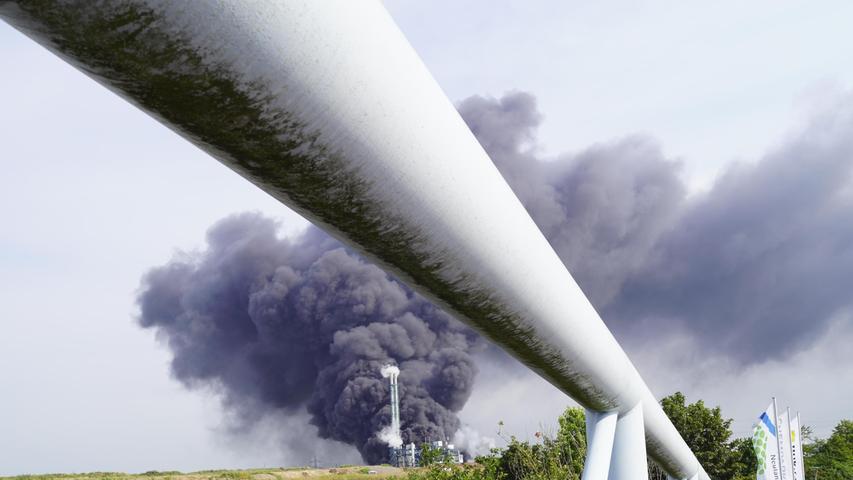 Die Ursache ist noch unklar. Eine gewaltige Rauchwolke stieg auf. Die Erschütterung war derart heftig, dass sogar mehrere Stationen des Geologischen Dienstes Nordrhein-Westfalen sie messen konnten.