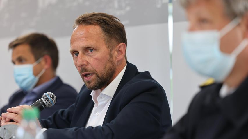 Uwe Richrath (SPD, M), Oberbürgermeister von Leverkusen, spricht auf einer Pressekonferenz zur Lage nach der Explosion im Chempark Leverkusen. Nach der verheerenden Explosion bestand auch am Nachmittag noch Gefährdungslage.