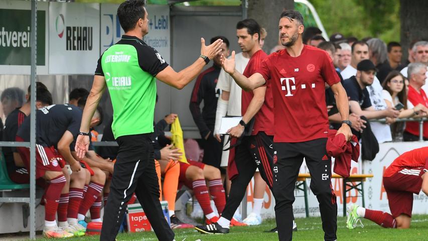 Für den Aufsteiger das Spiel des Jahres - schon am dritten Spieltag: Der Drittliga-Absteiger FC Bayern München II war zu Gast in Erlangen. Auch dabei: Der Coach der Bayern,Martin Demichelis (rechts). Hier begrüßt der Ex-Profi Bernd Eigner, den Eltersdorfer Trainer.