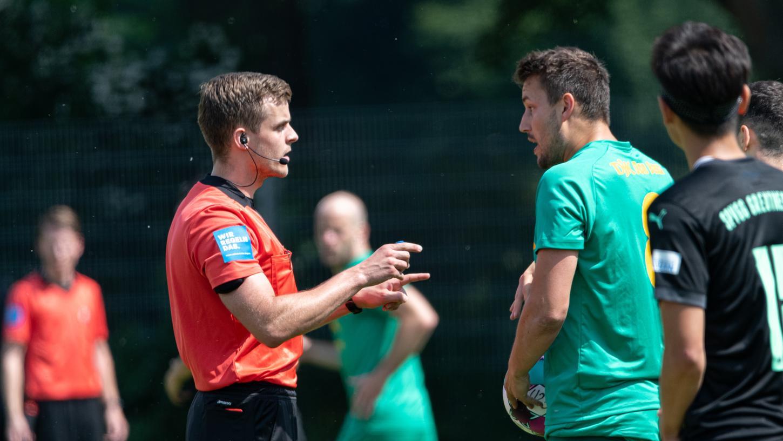 Kevin Rösch (links) ist als Schiedsrichterein Freund klarer Ansagen - gleichzeitig aber möchte er wenig ins Spiel eingreifen. Ein schmaler Grat.