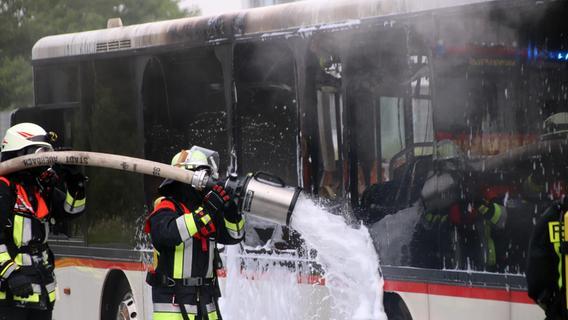 Flammen schlugen aus dem Heck: Linienbus brennt bei Pegnitz völlig aus
