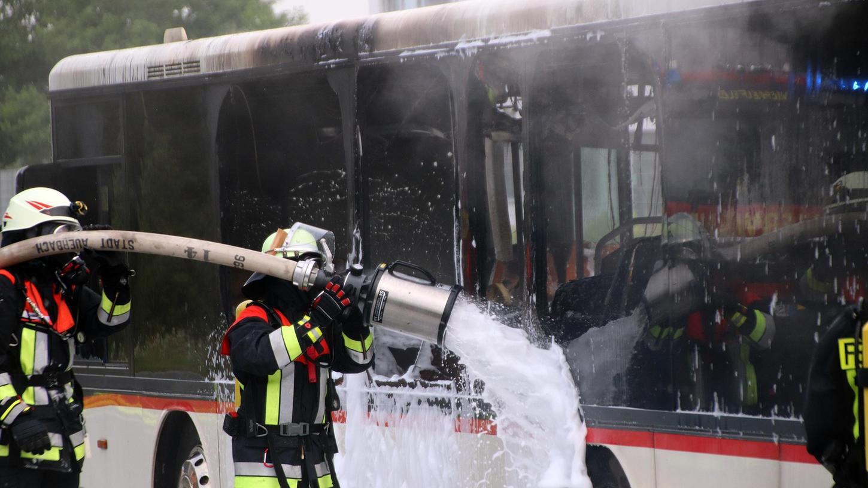 Die Busfahrerin reagierte souverän und stellte ihr Gefährt ab. Kurz darauf brannte es völlig aus.