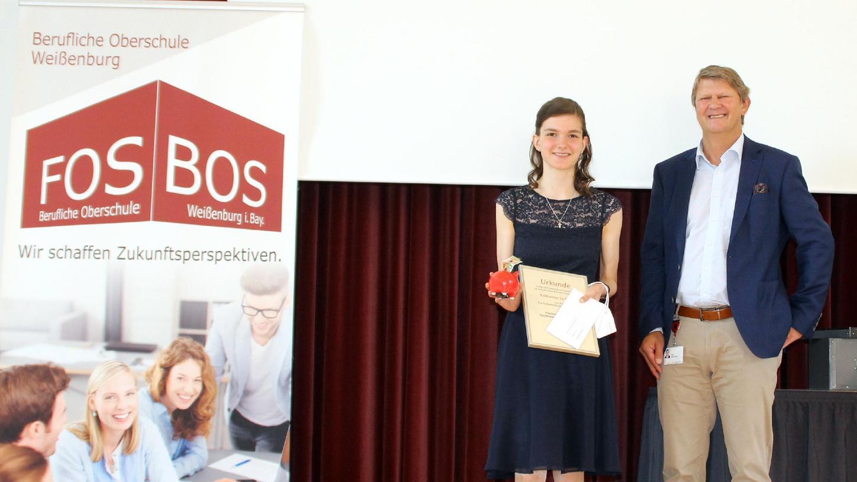 Als Schulbeste der FOS wurde Katharina La Rocca mit dem Sparkassenförderpreis ausgezeichnet, den Peter Schiebsdat überreichte.