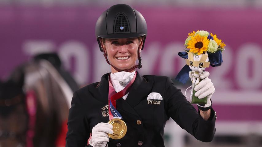 Deutschlands Sieg-Garantie hat einen Namen:Jessica vonBredow-Werndl begeisterte nicht nur im Team, sondern auch im Einzel. Nach einer fantastischen Kür mitihrem Pferd Dalera warder Lohn für 35-Jährige aus dem bayerischen Tuntenhausen erneut ein goldiger.