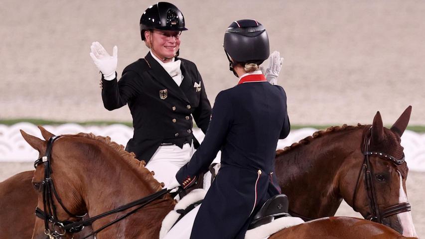 Isabell Werth, die Lehrmeisterin der Gold-Sammlerin, musste sich nur ein bisschen grämen. Die 52-Jährige verpasste mit Silber zwareinen olympischen Rekord. Mit ihrer achten Gold-Medaille seit 1992 hätte die Reiterin aus Rheinberg im deutschen Medaillen-Ranking mit der Kanutin Birgit Fischer gleichgezogen, die achtmal Gold und viermal Silber in ihrer Olympia-Bilanz stehen hat. Werth, so merkte man schnell, konnte dies mit viel Sportsgeist jedoch leicht verkraften.