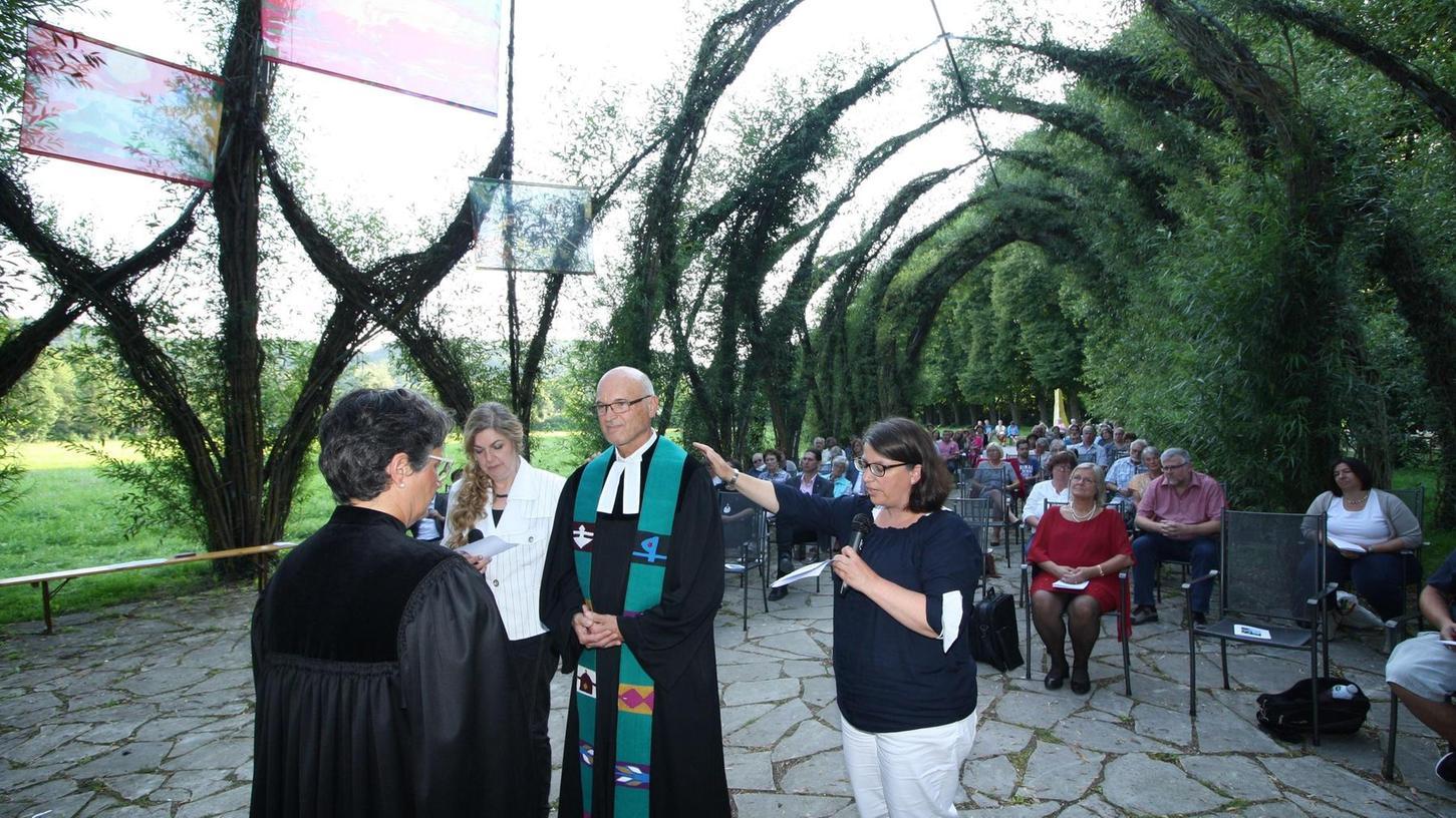 Die stellv. Dekanin Myriam Krug-Lettenmeier, Dekanatspräsidiumsmitglied Bettina Cempik (links) und Religionspädagogin Nicole Heinrichmeyer (rechts) gaben Günther Gagesch den göttlichen Segen mit.