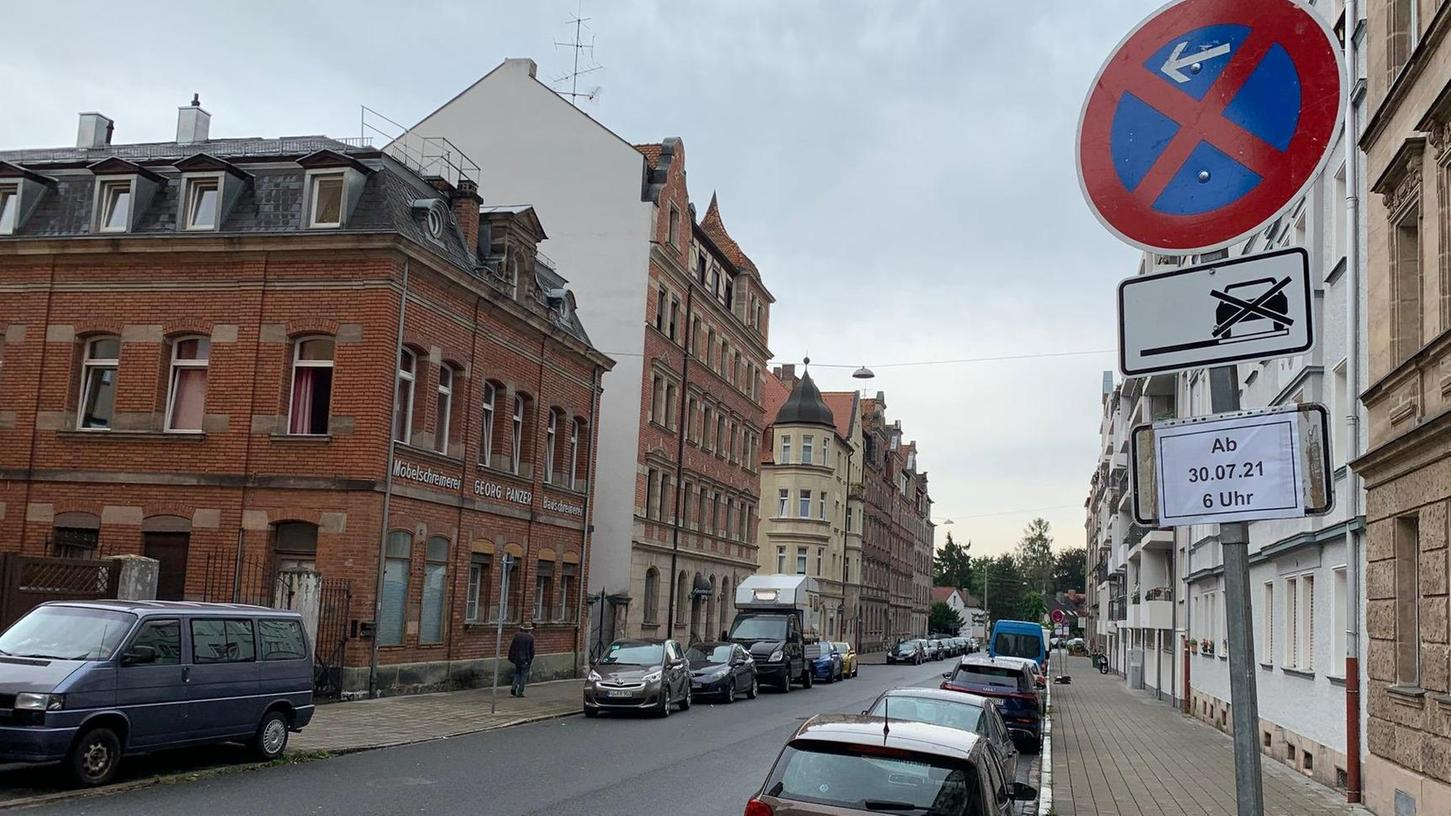 Die Schilder, mit denen vorübergehend Autos aus der Neumannstraße verbannt werden sollten, stehen schon. Doch nun macht die Stadt einen Rückzieher.