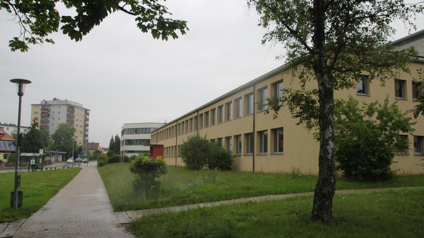 In die kleine Grünanlage unterhalb der Berufsschule in Gunzenhausen soll ein Neubau entstehen. Dort sollen die Nahrungsmittelberufe untergebracht werden. Die Kosten sind mit zehn Millionen Euro veranschlagt.