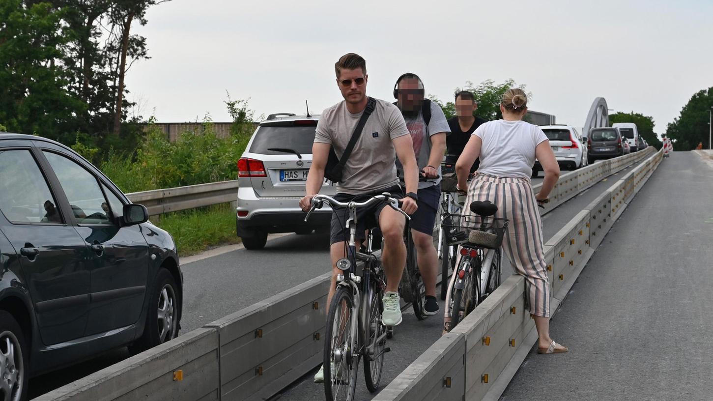 Für Fahrradfahrer und Fußgänger wurde in der Baustelle auf der Autobahnbrücke der Eltersdorfer Straße eine Furt eingerichtet, die so schmal ist, dass Fahrradfahrer nicht aneinander vorbei kommen.
