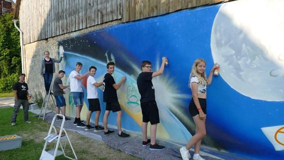 Workshop: Weidenloher Schüler gestalten Scheunenwand