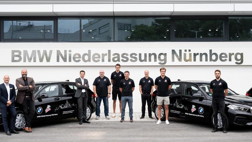 Gruppenbild mit Ice Tigers: Die neuen Dienstwagen stammen künftig von BMW.