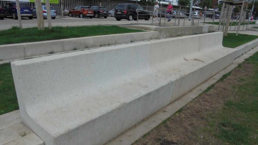 Mittlerweile sind teilweise auch die Sitzmöbel aus Beton - hier zum Beispiel am Nelson-Mandela-Platz.