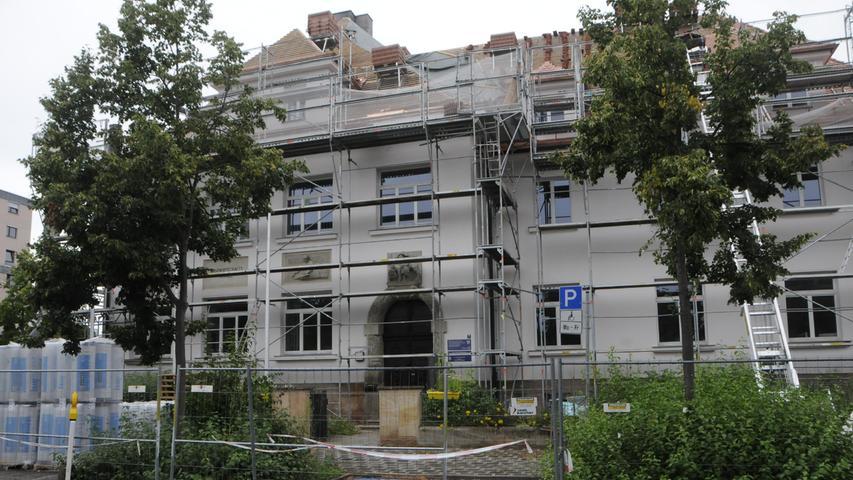 Das Dach desFürther Amteswird derzeit saniert. Die innere Organisation der Behörde ist schon umgebaut worden.