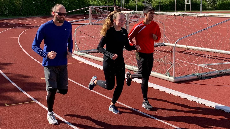 Erfolgreiches Trio: Trainer Jan Schindzielorz mit Lea Knauer und Sascha Babel.