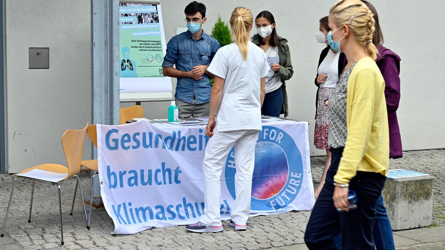Mit einem Stand vor der Palmeria der Uniklinik in Erlangen macht die Ortsgruppe von