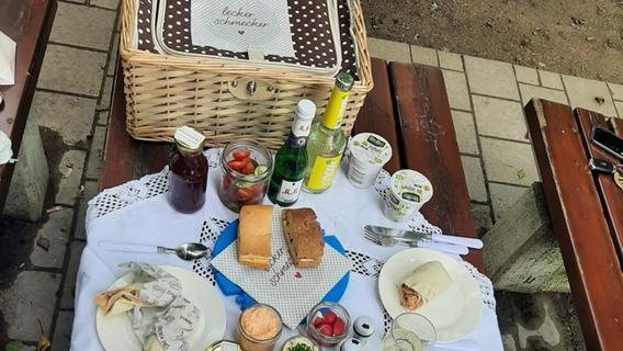 Blumenbeete und schattenspendende Bäume: Das Marmelädchen am Joseph-Otto-Platz bietet auch Sitzbänke und zwei Tische. Hier lassen es sich Gäste schmecken.