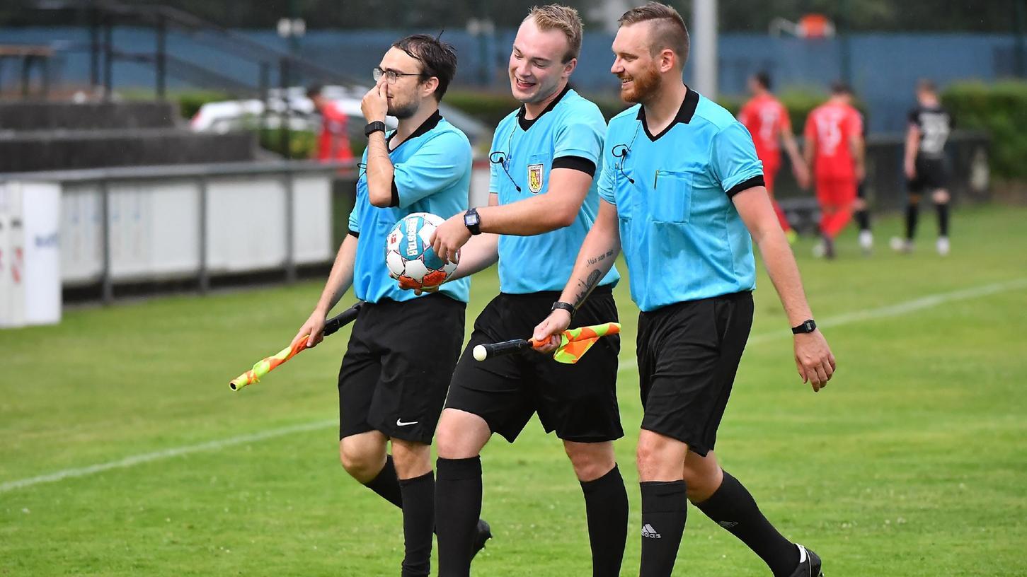 Aufregung rund um die Unparteiischen: Weil der etatmäßige Schiedsrichter nach fünf Minuten verletzt ausfiel, sprang Assistent Moritz Fischer ein. An der Linie übernahm Michael Bäumel, der zufällig unter den Zuschauern war.