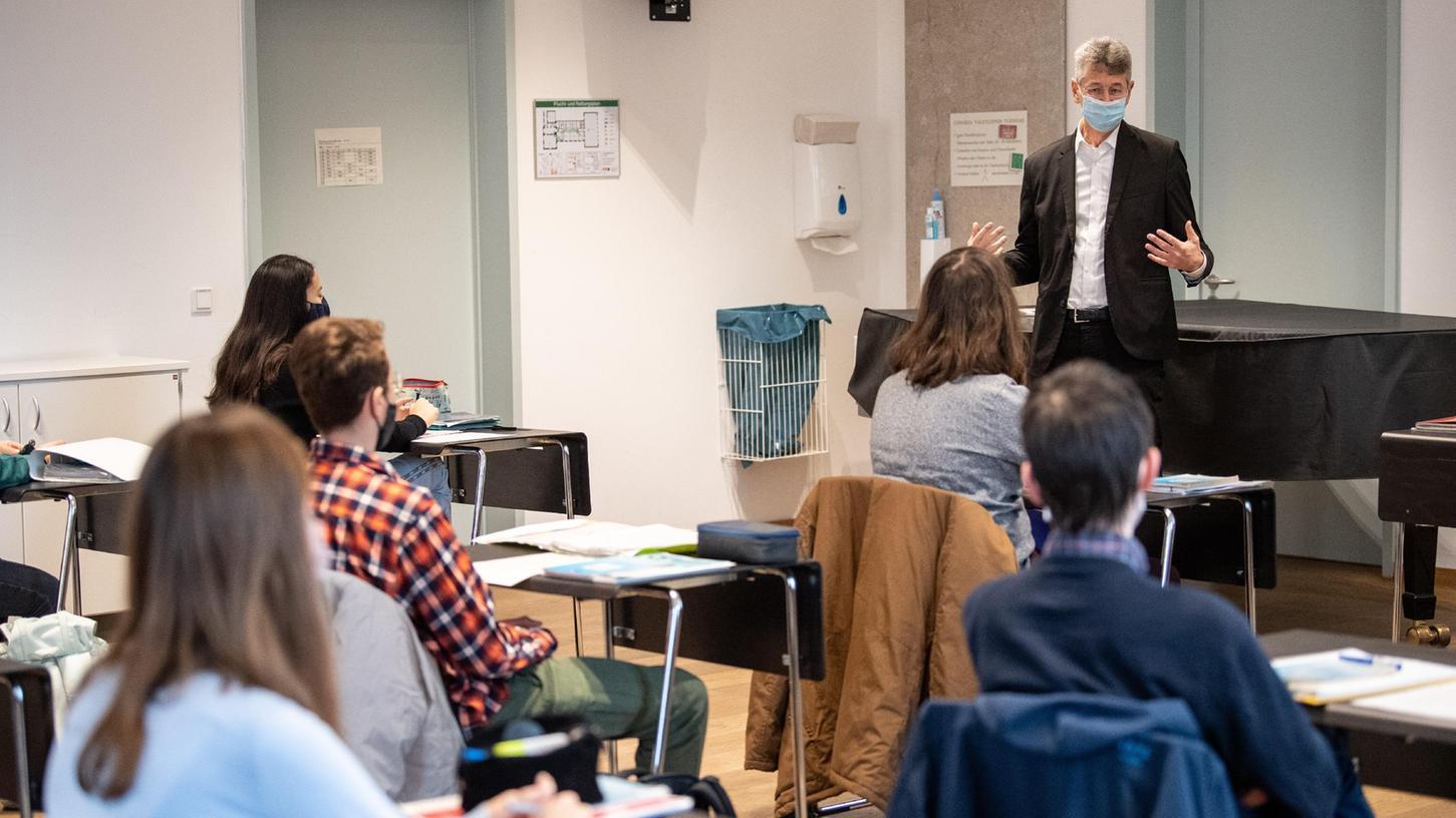 Der bayerische Kultusminister Michael Piazolo - hier bei einem Unterrichtsbesuch - entschied sich für das Konzept der Sommerschulen, um Defizite durch den Distanzunterricht bei den Jugendlichen zu beheben. Nach Ansicht der heimischen Schulleiter sind weitere Förderkurse im nächsten Schuljahr nötig, um nachhaltige Effekte zu erzielen.