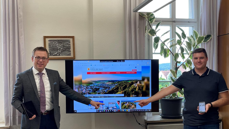 Velburgs Bürgermeister Christian Schmid (links) stellt das Rathaus Service-Portal vor.