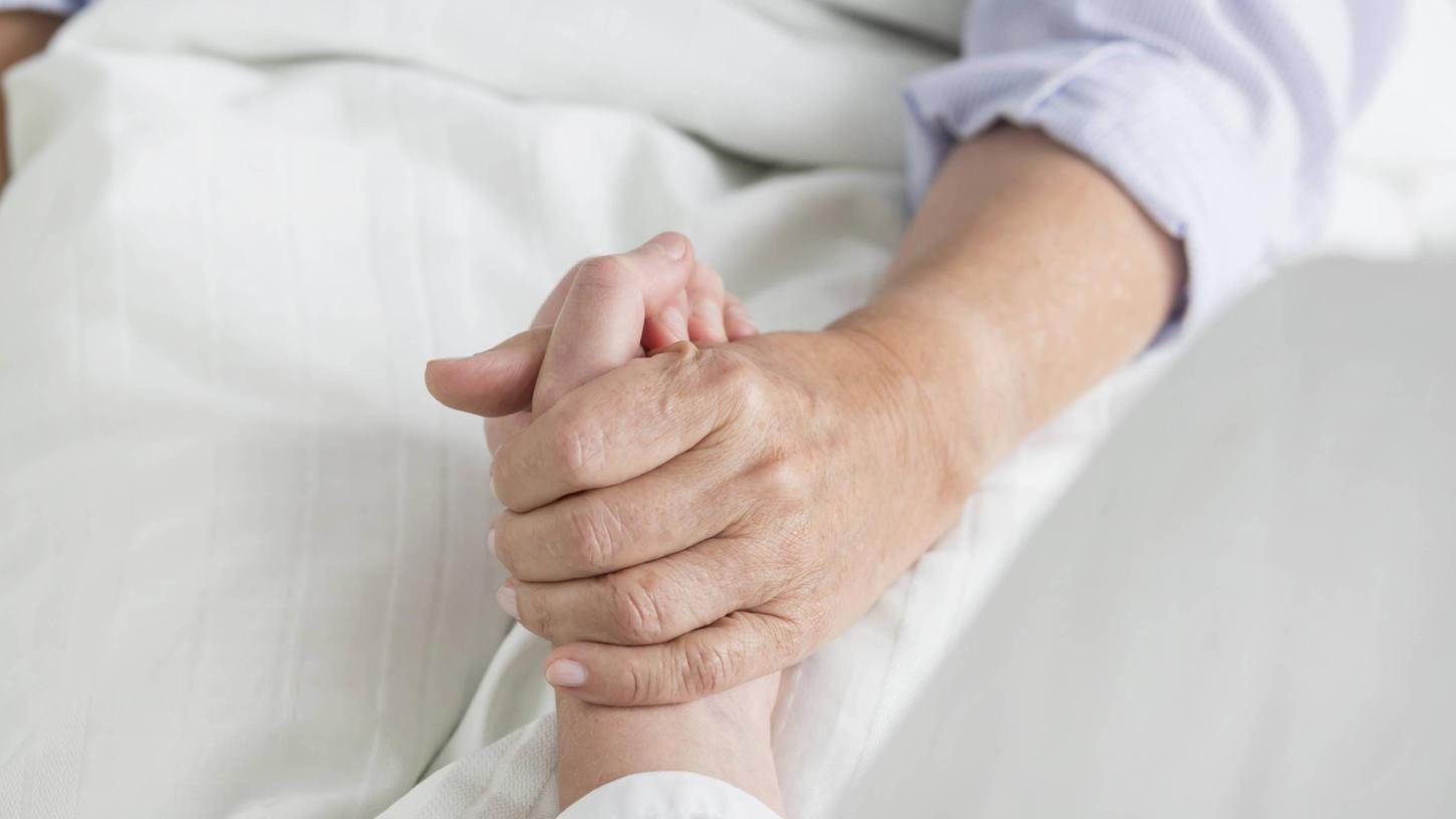 Eine wichtige Geste gerade für Patienten und Patientinnen mit einer schweren Krebserkrankung: einfach nur mal kurz eine Hand halten.