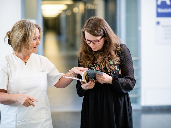 Elke Putzek-Holzapfel (li.) steht im Universitätsklinikum Erlangen Patientinnen mit einer genitalen Krebserkrankung zur Seite und hilft ihnen somit durch Behandlung und Therapie.